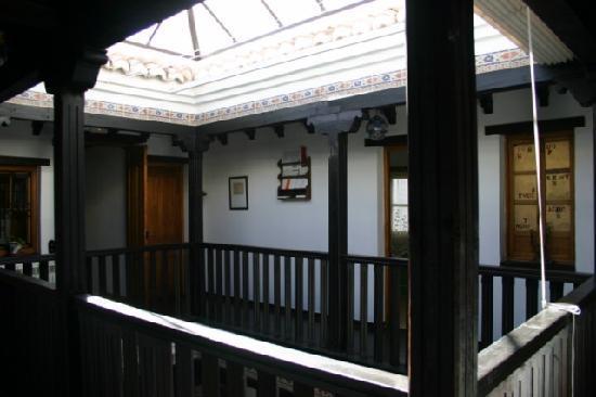 La Casa con Libros: patio acristalado