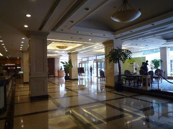 Zhongshan Hotel : 立派なフロアーで、飛行機のチケットも手配可能