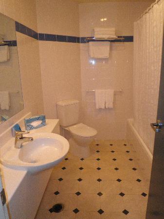Jet Park Hotel Rotorua: spacious bathroom