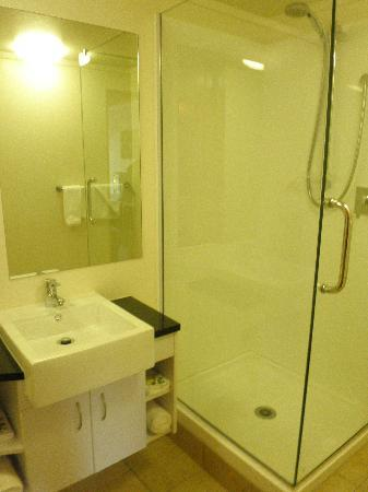 Tanoa Paihia Hotel: nicely renovated bathroom