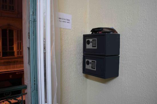Backpacker's Chez Patrick  Hostel : Inside room 3 (with 2 safes)