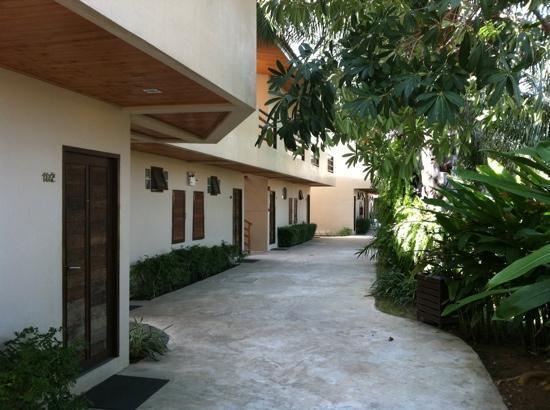 The Hideaway Resort : Garten Flügel, rechter Flügel, Eingang zu den Zimmern