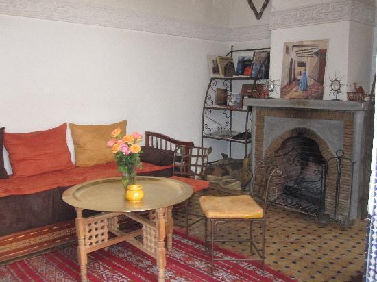 Riad Attarine: salon coin cheminée