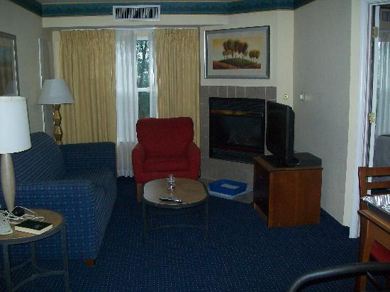 Residence Inn Poughkeepsie: Living area, with a room on either side.