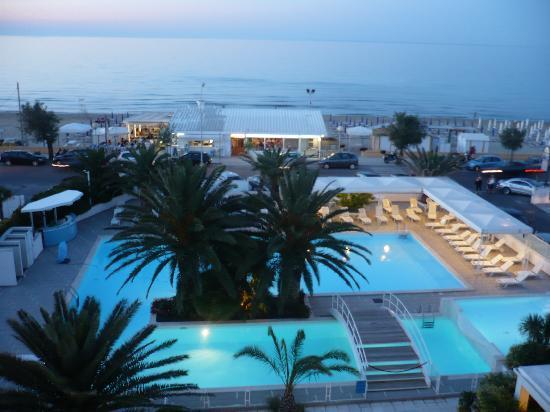 Hotel Metropol: La piscina al tramonto (vista dalla camera)