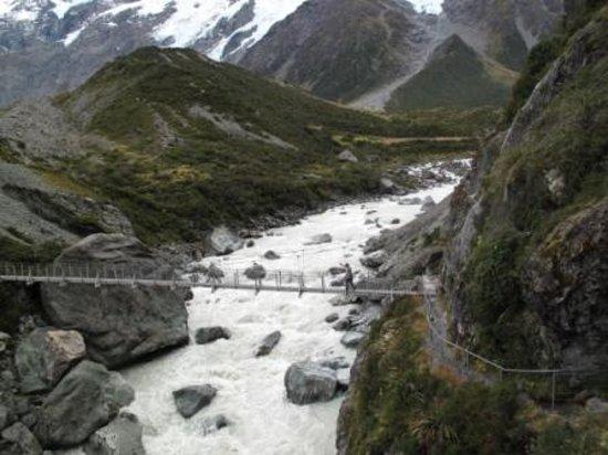 Национальный парк Аораки-Маунт-Кук (Те-Вахипоунаму), Новая Зеландия: 途中のつり橋