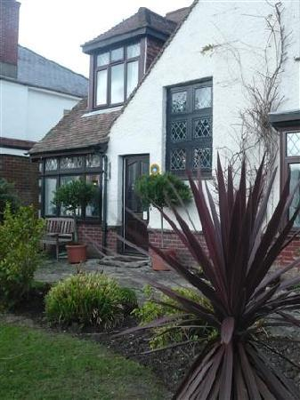 Railway Cottage Guest House: Front of Guest house with beautiful gardens