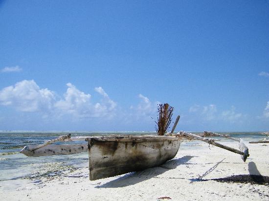 Echo Beach Hotel: Boat at low tide