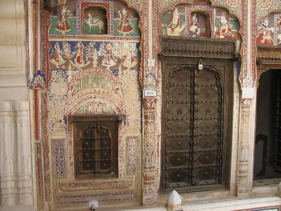 Hotel Mandawa Haveli: The entrance of our room - check the details!