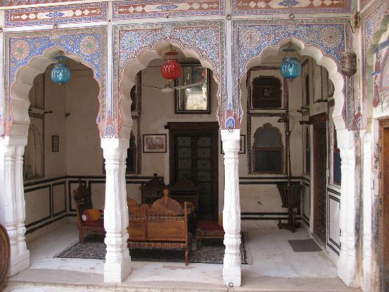 Hotel Mandawa Haveli: One of the quiet corners around the courtyard