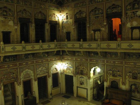 Hotel Mandawa Haveli: The courtyard at night