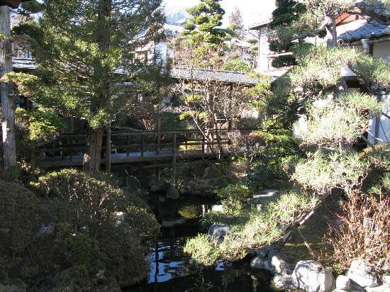 Hanaya: きれいに手入れされた庭と情緒のある回廊