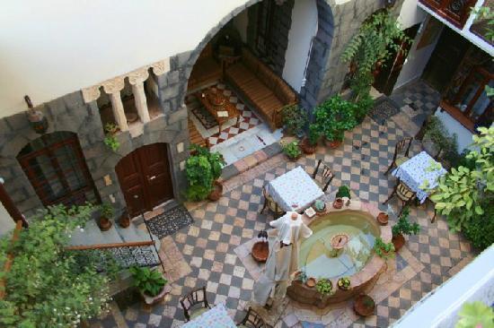 Beit Rose Hotel: The courtyard