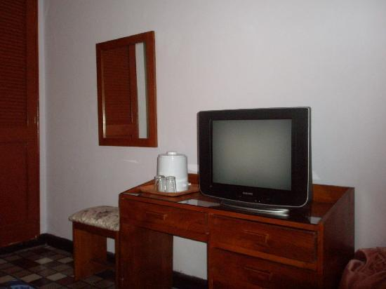 Hotel Bahia: TV and desk
