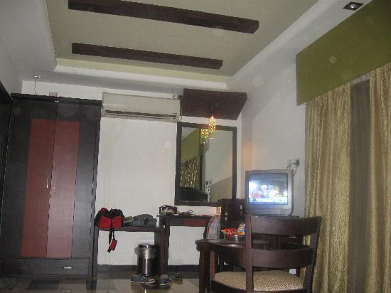 Hotel Pushpak: Cup-borad, TV, Mirror
