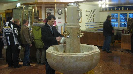 Augustiner Braustubl: Cashier, behind the wash fountain