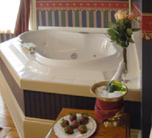 1840 Inn on the Main Bed and Breakfast: Gifford Rm. Jacuzzi