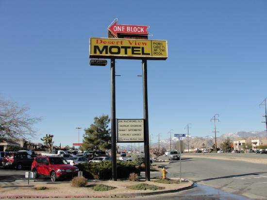 Desert View Motel: Big sign on Hwy 62, look for it!
