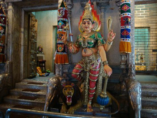 Sri Veeramakaliamman Temple: 痛い・・・