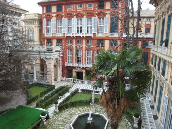Musei  di Strada Nuova : Beautiful courtyard between Palazzo Bianco and Palazzo Doria Tursi