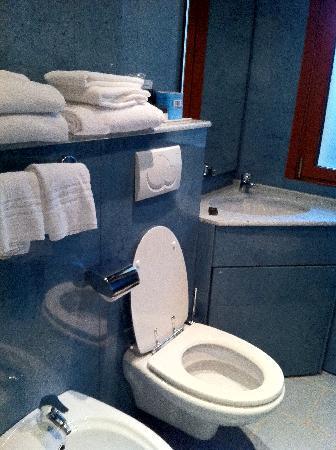 Hotel Mondial : bagno camera tripla