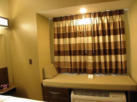 Microtel Inn & Suites by Wyndham Macon: Window seat with storage underneath