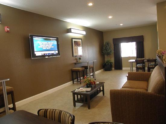 Microtel Inn & Suites by Wyndham Macon: Nice common area to chill & watch TV any time of day or night