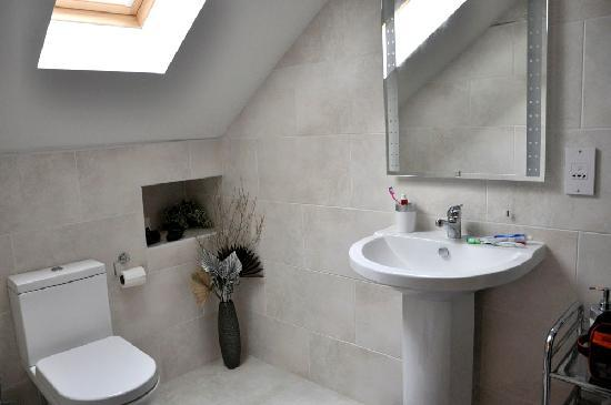 Hillhaven Bed & Breakfast: Our lovely bathroom.