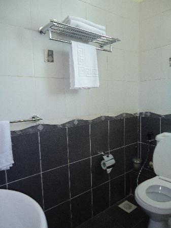 Jamiat Hotel: very clean bathroom