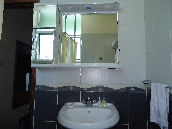 Jamiat Hotel: bathroom