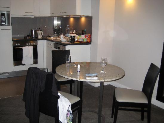 Adina Apartment Hotel Berlin Checkpoint Charlie: kitchen area in 1 bedroom aprtment
