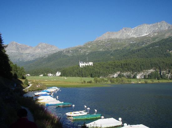 Sils im Engadin, Svizzera: Blick auf das Hotel und den See