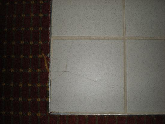 Super 8 Niagara Falls/Buffalo Area: Cracked tile around jacuzzi