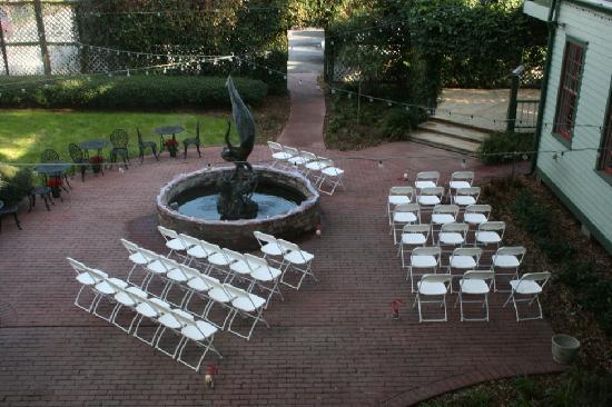 Florida House Inn: The courtyard