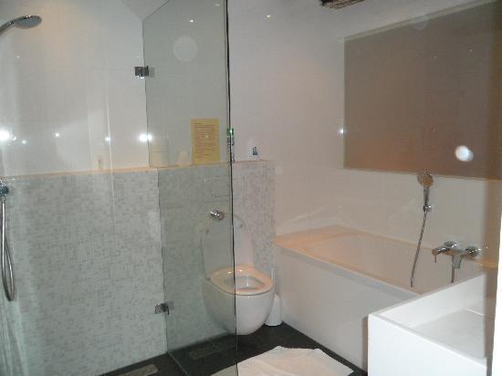 Maes B & B: Personal Bathroom