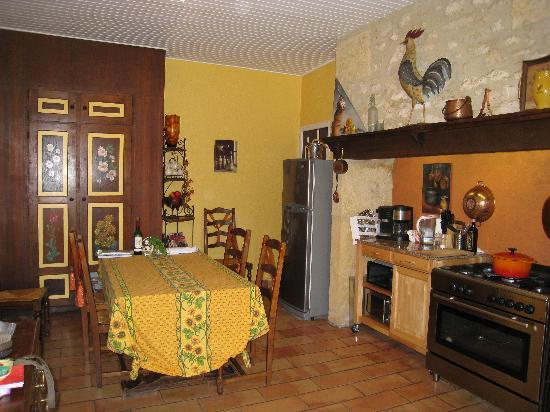 Bezenac, ฝรั่งเศส: Their charming kitchen & dining room in the main house.