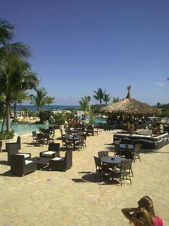 Cofresi Palm Beach & Spa Resort: View from lobby towards main pool
