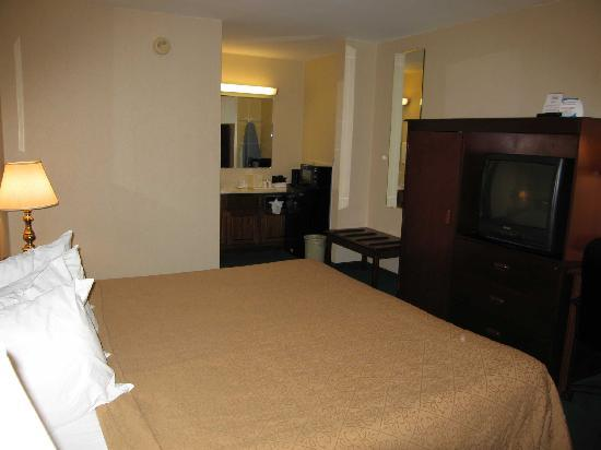 Travelodge Covington: Room 122  Bed and Television