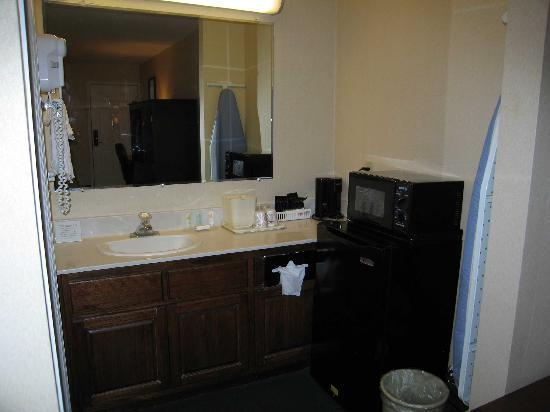 Travelodge Covington: Room 122 Bathroom sink area with large counter