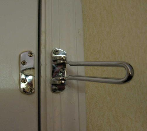 Travelodge Covington: Room 122 Broken Swing lock