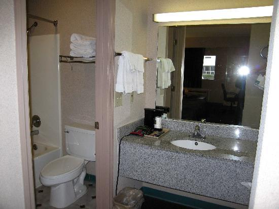 Macon, GA: Room 106 Bathroom area