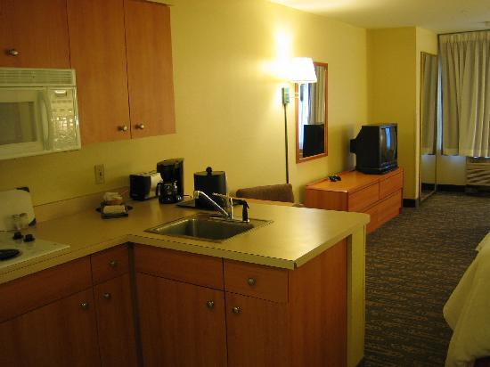 BEST WESTERN PLUS Navigator Inn & Suites: Kitchette