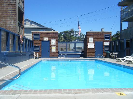 Cozy Cove Beachfront Resort Inn: beautiful looking pool after repaired