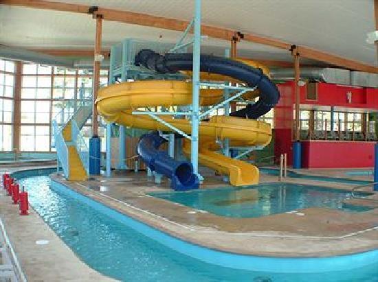 Bridge Vista Beach Hotel & Convention Center: Water slides