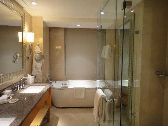 Four Seasons Hotel Mumbai: バスルーム