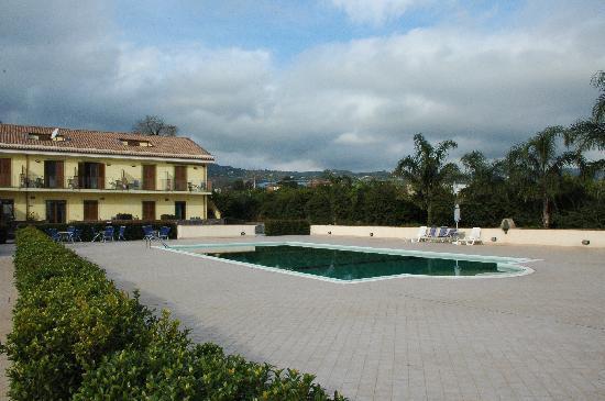 Fiumefreddo di Sicilia, อิตาลี: Blick zum Haupthaus und Pool