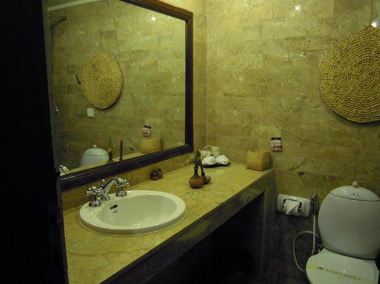 Club Himalaya Resort: 洗面所