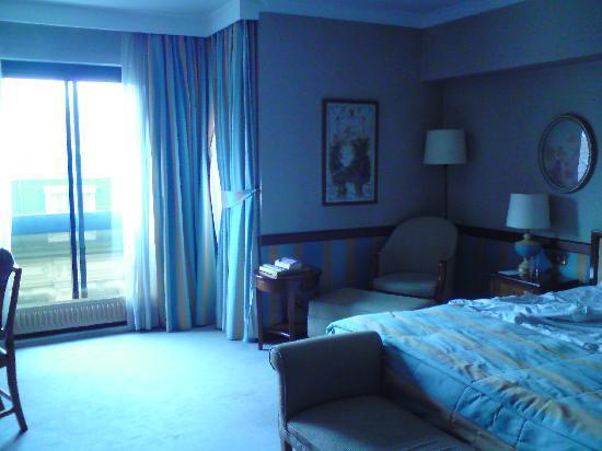 Izan Avenue Louise: schönes großes Zimmer