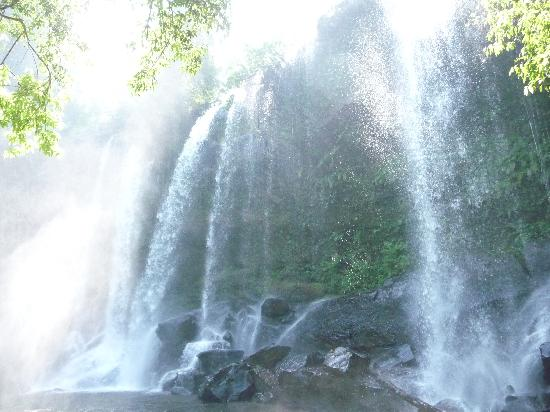 Phnom Kulen National Park: Waterfall on otherside near lingas