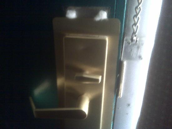 Bossier Inn and Suites : Hole through door with cotton ball blocking it